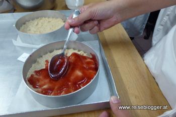 eine Linzertorte wird mit Ribiselmarmelade befüllt