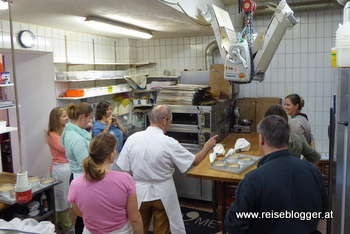 beim Linzertorte backen in der kuk Bäckerei Rath in Linz - Backstube